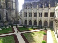 A temporary garden at the Cloister of la Psalette